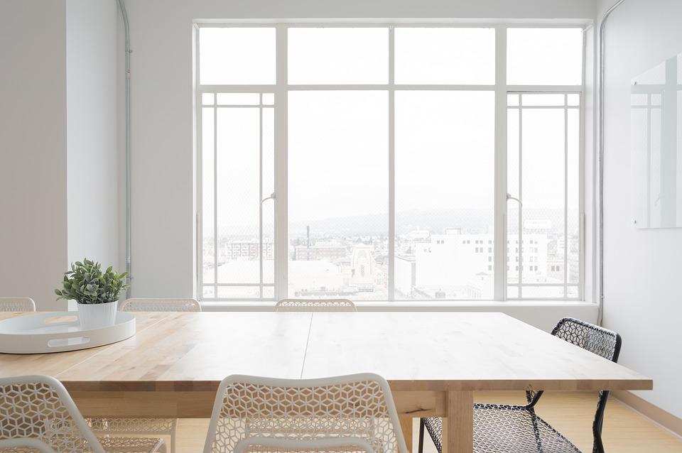 Stôl, okno