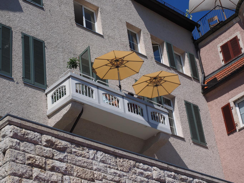 balkón, dáždniky