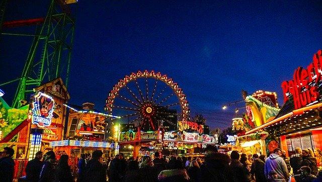Zábavný park večer
