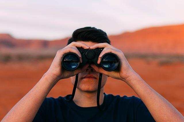 muž hledá dalekohledem.jpg
