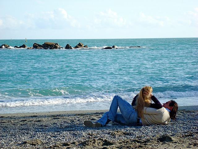 pár na pláži.jpg