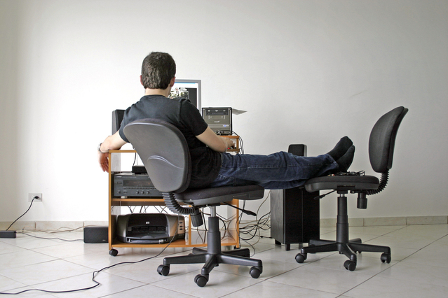 Pohodlie, muž sa hrá s počítačom