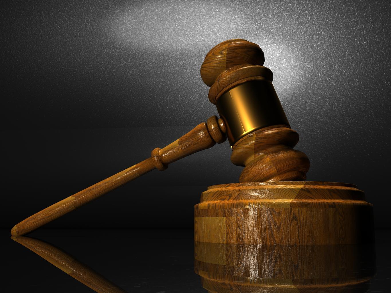 súd, kladivo