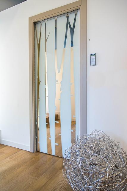 Dostatok svetla za sklom aj pred sklom ponúkajú sklenené dvere